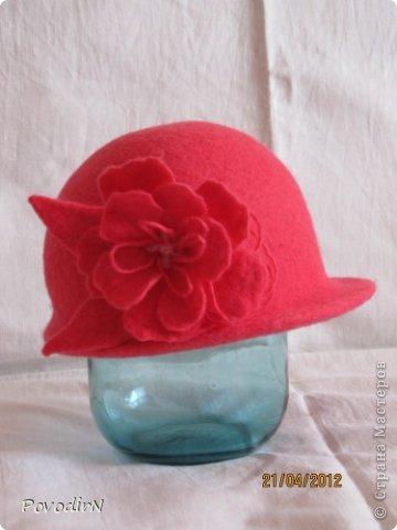 Люблю яркие и сочные цвета, но шляпки для улицы (по моему мнению) должны быть умеренными и по цвету, и по декору. Эта детская шляпка на самом деле имеет приятный коралловый цвет. фото 2