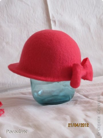 Люблю яркие и сочные цвета, но шляпки для улицы (по моему мнению) должны быть умеренными и по цвету, и по декору. Эта детская шляпка на самом деле имеет приятный коралловый цвет. фото 3