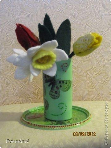 """Цветы сделаны в качестве образцов. Любой из них можно использовать для декора шляпки, тапочек, пояса, сумочки или как брошь. А для оформления композиций """"в ход пошли""""  плетение из газет, декупаж, капроновые чулки и бутылочки от кетчупа.  фото 4"""