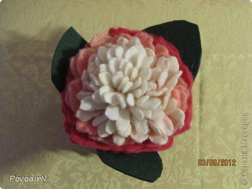"""Цветы сделаны в качестве образцов. Любой из них можно использовать для декора шляпки, тапочек, пояса, сумочки или как брошь. А для оформления композиций """"в ход пошли""""  плетение из газет, декупаж, капроновые чулки и бутылочки от кетчупа.  фото 5"""