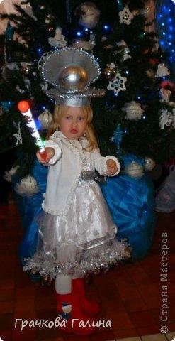 """Лизоньке здесь 1,9: отрывается под музыку на новогоднем представлении в Драмтеатре. С ёлки 2010 года сохранилась только звезда. Платье и шляпку вязала на спицах, украшала всем, что под руку попадалось из моего """"сундучка"""" ))) фото 3"""