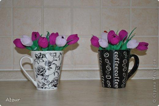 Решила поделиться своими подарочками. Вот так оформила чашки. В крокусах (или каких назвать???) конфетки фундук амур очень вкусные. фото 2