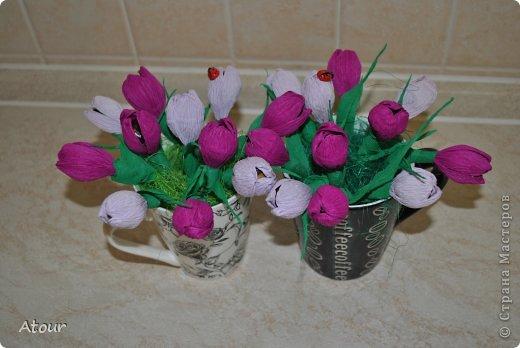 Решила поделиться своими подарочками. Вот так оформила чашки. В крокусах (или каких назвать???) конфетки фундук амур очень вкусные. фото 1