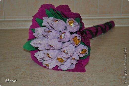 Решила поделиться своими подарочками. Вот так оформила чашки. В крокусах (или каких назвать???) конфетки фундук амур очень вкусные. фото 7