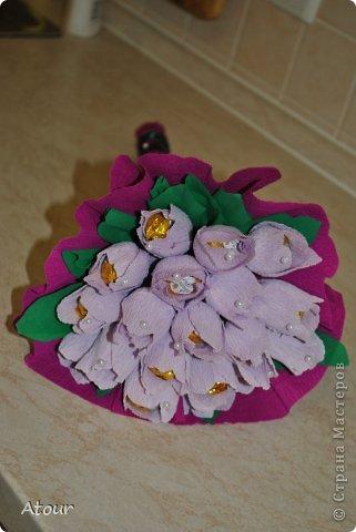 Решила поделиться своими подарочками. Вот так оформила чашки. В крокусах (или каких назвать???) конфетки фундук амур очень вкусные. фото 8