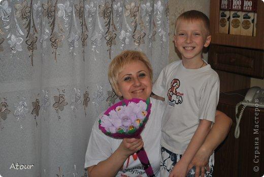 Решила поделиться своими подарочками. Вот так оформила чашки. В крокусах (или каких назвать???) конфетки фундук амур очень вкусные. фото 9