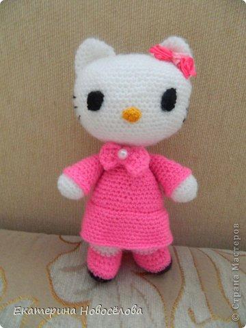 Эту Китти я связала в подарок своей старшей доче к 8 марта. Знаю,что пропорции не совсем соответствуют настоящей Hello Kitty, но мне нравится и такая стройняшка. фото 1