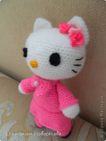 Эту Китти я связала в подарок своей старшей доче к 8 марта. Знаю,что пропорции не совсем соответствуют настоящей Hello Kitty, но мне нравится и такая стройняшка. фото 2