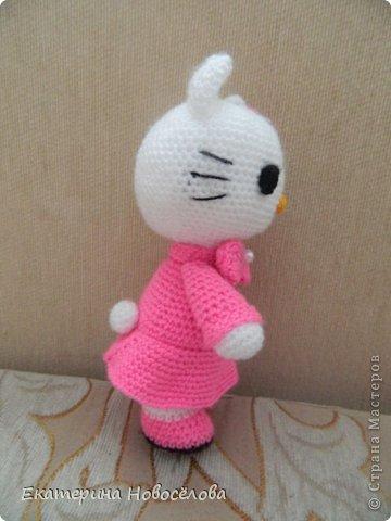 Эту Китти я связала в подарок своей старшей доче к 8 марта. Знаю,что пропорции не совсем соответствуют настоящей Hello Kitty, но мне нравится и такая стройняшка. фото 3