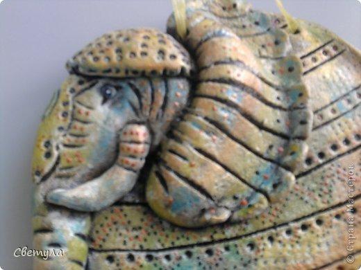 Доброго времени суток Страна!!!!  Выношу на ваш суд свое слоновое семейство!  Потянуло меня на слоников , да не простых ,а радужных! Все вышли яркие весенние. (хоть фотик этого не передает, сори). Нашла иллюстрацию в инете  Мари Дезбонс и вот результат. фото 8