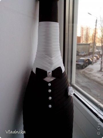 Воспользовавшись мк (http://www.rukodel.tv/publ/94-1-0-253) сделала вот такие бутылочки. Скоро родители будут отмечать рубиновую свадьбу, возникла идея подарить им декорированные бутылочки. Корона, кулон - аксессуары от куклы барби.  фото 2