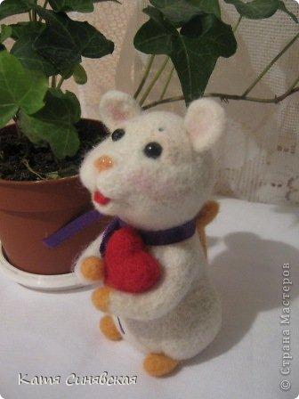 Прошу любить и жаловать - моя вторая валяная игрушка мышка.Малыш свалн по МК Елены Смирновой.Вроде получилось не очень плохо,а вам как? фото 3