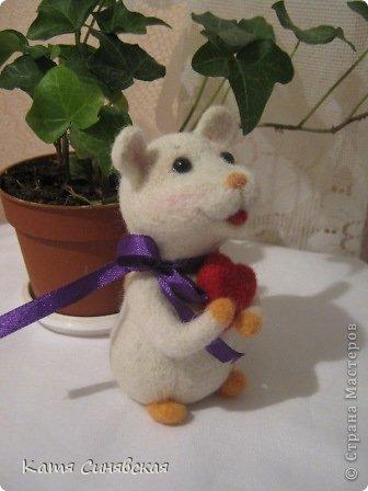 Прошу любить и жаловать - моя вторая валяная игрушка мышка.Малыш свалн по МК Елены Смирновой.Вроде получилось не очень плохо,а вам как? фото 1