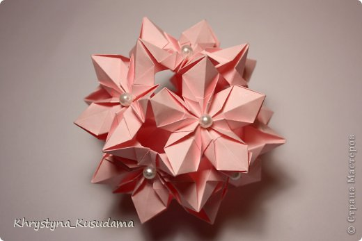 Флорамия (Floramia by Ekaterina Lukasheva) - моя давняя хотелка. легко разгадалась после цветочков Томоко Фусе http://www.origami-instructions.com/origami-modular-5-petal-flower.html они у меня вот здесь https://stranamasterov.ru/node/533650 фото 4