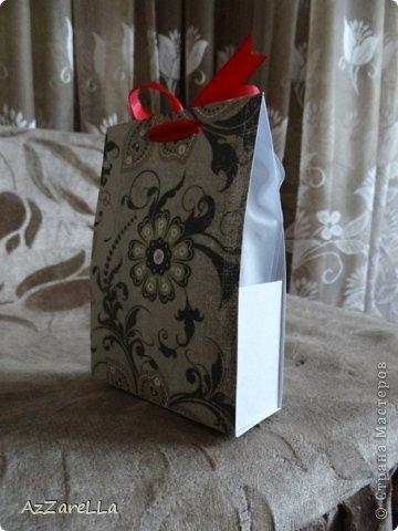 Привет всем, кто посетил мой блог, представляю на ваш суд, коробочку для небольшого подарка, сделанную мной, чтоб презентовать пудру и кисть для пудры моей дорогой подруге :) извиняюсь, что немного сливается с фоном, фото делала быстро пребыстро, перед тем как вот-вот отдать подарочек :)  фото 2