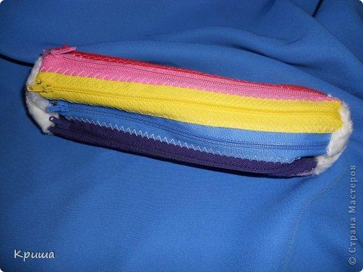 Для создания такого пенала понадобятся молнии. Кол-во, размер и цвет выбираете сами. При помощи машинки сшиваем молнии. фото 1