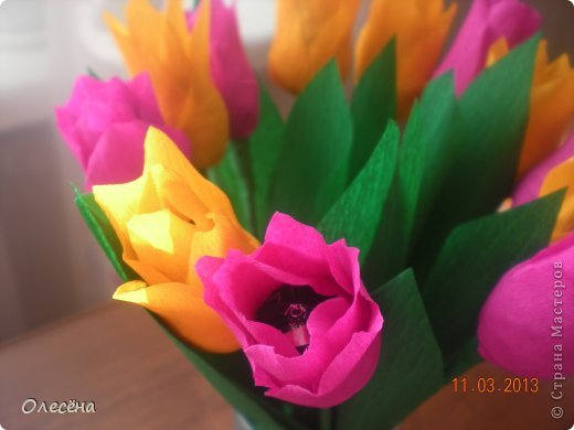 Восьмое марта все отпраздновали, а я еще не всех поздравила. Вот эти розочки и тюльпанчики отнесли вчера в детский сад. Получилось 3 букета роз и 4 букета тюльпанов. Я перевязала стебли внизу лентой, в пакете мне их вид не понравился. Все довольны))) фото 2