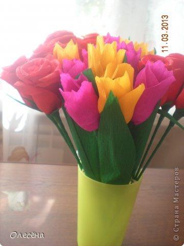 Восьмое марта все отпраздновали, а я еще не всех поздравила. Вот эти розочки и тюльпанчики отнесли вчера в детский сад. Получилось 3 букета роз и 4 букета тюльпанов. Я перевязала стебли внизу лентой, в пакете мне их вид не понравился. Все довольны))) фото 3