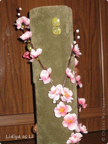 На День Рождения подруги (у нее тоже 2 деток) сделала вот такую декор-вазу. Использовала ткань, картонный тубус (обычно на такие накручивают линолиум, ковролин и прочее), веточку вишни, стеклянный декор, бабочка и конечно же фото любимых деток. фото 2