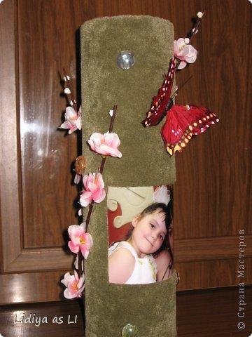 На День Рождения подруги (у нее тоже 2 деток) сделала вот такую декор-вазу. Использовала ткань, картонный тубус (обычно на такие накручивают линолиум, ковролин и прочее), веточку вишни, стеклянный декор, бабочка и конечно же фото любимых деток. фото 3