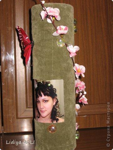 На День Рождения подруги (у нее тоже 2 деток) сделала вот такую декор-вазу. Использовала ткань, картонный тубус (обычно на такие накручивают линолиум, ковролин и прочее), веточку вишни, стеклянный декор, бабочка и конечно же фото любимых деток. фото 4