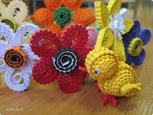 Цветы из гофрокартона делали в подарок мамам на 8марта. фото 1