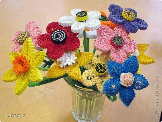 Цветы из гофрокартона делали в подарок мамам на 8марта. фото 2