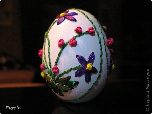 Первое яйцо, вышитое лентами, уехало в подарок. Жалко мне стало и печально :( И вышил я себе еще одно, в подарок себе, на долгую память :) Попробовал и новые элементы. В частности французский узелок.
