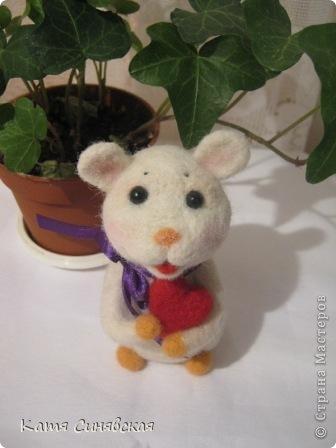 Прошу любить и жаловать - моя вторая валяная игрушка мышка.Малыш свалн по МК Елены Смирновой.Вроде получилось не очень плохо,а вам как? фото 6