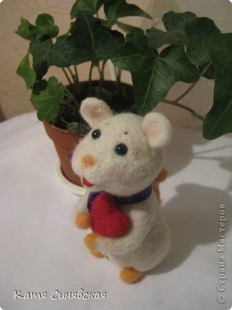 Прошу любить и жаловать - моя вторая валяная игрушка мышка.Малыш свалн по МК Елены Смирновой.Вроде получилось не очень плохо,а вам как? фото 7