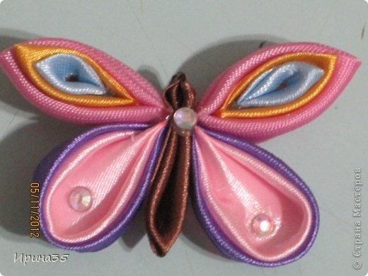 Приветствую всех жителей нашей замечательной Страны Мастеров! Прошу Вас посмотреть на мои канзашики. Это бабочка-резиночка для моей доченьки. фото 8