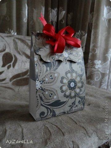 Привет всем, кто посетил мой блог, представляю на ваш суд, коробочку для небольшого подарка, сделанную мной, чтоб презентовать пудру и кисть для пудры моей дорогой подруге :) извиняюсь, что немного сливается с фоном, фото делала быстро пребыстро, перед тем как вот-вот отдать подарочек :)  фото 1