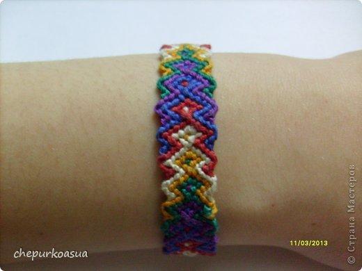 Я давно хотела попробовать себя в плетении фенечек. И наконец выбрала схему, села плести. фото 4