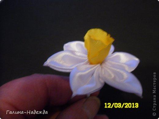 """Добрый вечер! Спешу похвастаться своим первым нарциссом. Спасибо за МК Ирине ( Ириска81). Правда серединку цветка сделала по своему т.к. на момент изготовления цветка у меня не оказалось ленты 4см., поэтому я решила использовать ленту 2,5см Из квадрата вырезала  3 лепестка, обожгла их ,одновременно делала по краю """"волнушки"""". Потом наклеила их на ватную палочку и потом белые лепестки которые предварительно уже были собраны на нитку надела на ватную палочку и жёлтая серединка очень чётко и хорошо прошла в дырочку серединки белых лепестков. Надеюсь понятно написала.Возможно уже кто-то так делал, но я описала как я сделала.. фото 2"""