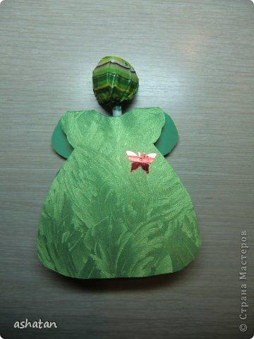 В подарок девочкам-одноклассницам и преподавателям мой сынок сделал такие открыточки - девочки в платьицах. (Здесь не все поместились ;)  За идею спасибо  Сапелкиной Ларисе https://stranamasterov.ru/node/197320?c=favorite  Материал: -креативный картон -пайетки бабочки -чупа-чупсы фото 4