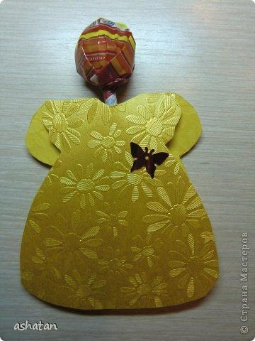 В подарок девочкам-одноклассницам и преподавателям мой сынок сделал такие открыточки - девочки в платьицах. (Здесь не все поместились ;)  За идею спасибо  Сапелкиной Ларисе https://stranamasterov.ru/node/197320?c=favorite  Материал: -креативный картон -пайетки бабочки -чупа-чупсы фото 2