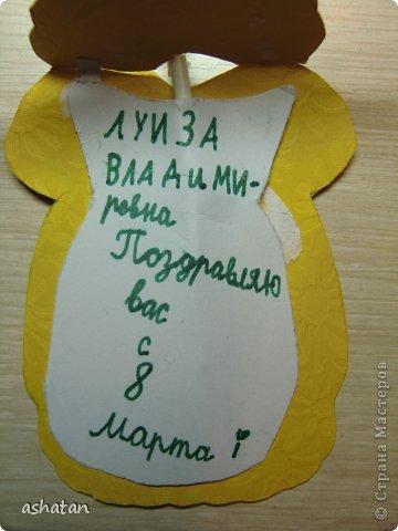 В подарок девочкам-одноклассницам и преподавателям мой сынок сделал такие открыточки - девочки в платьицах. (Здесь не все поместились ;)  За идею спасибо  Сапелкиной Ларисе https://stranamasterov.ru/node/197320?c=favorite  Материал: -креативный картон -пайетки бабочки -чупа-чупсы фото 3