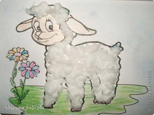 Моя дочечка с большим удовольствием делала этого милого и смешного барашка . Анюта сначала разукрасила цветы , травку и мордочку . Затем приклеила вату , и сделала голубой фон . Очень жаль что не передать нежность всех цветов . фото 1