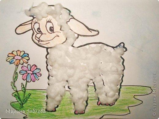 Моя дочечка с большим удовольствием делала этого милого и смешного барашка . Анюта сначала разукрасила цветы , травку и мордочку . Затем приклеила вату , и сделала голубой фон . Очень жаль что не передать нежность всех цветов . фото 2