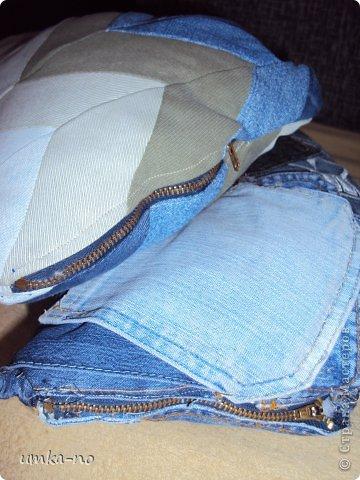 Я тоже попробывала шить и мне так понравилось!А еще больше надоело,что джинсы которыми не пользуемся перекладываем с полки на полку потому что выбросить рука не поднимается.И так не судите строго-это мой дебют. фото 6
