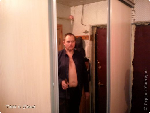 Готовый шкаф и мастер по этому шкафу (мой муж - Сергей) Имея в коридоре пять дверей, я стала задумываться как бы сделать там шкафчик, который бы не мешал никому и в тоже время спрятал всю верхнюю одежду, обувь и всякую мелочь.  фото 1