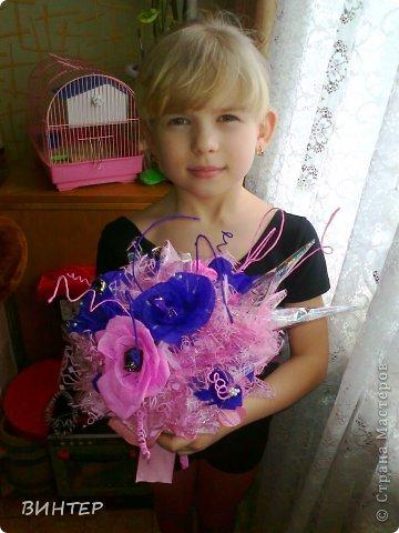 Всё начиналось с этой композиции. Мою дочь пригласила на день рожденья подружка. И нам с Кетичкой захотелось удивить девочку, подарив необычный букетик. Подружка дочери была в восторге от сладкого букета.  фото 5