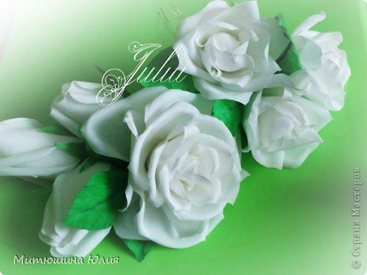 Розы в волосы невесте на проволоке(вместо шпилек) так парикмахер сказала лучше. Одна большая роза,три маленьких и три бутона.