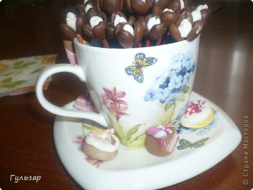 Вот такая чашечка получилась,кофейные цветочки и пирожные из глины собственного изготовления,буду раду критике и советам! фото 3