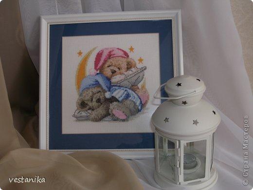 Вот такие милые медвежата - сплюшки живут у меня на столе в комнате. Схема очень простая, нитки подбирала сама по картинке. По-моему, неплохо получилось. фото 2