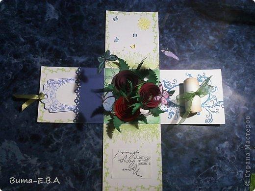 Здравствуйте мои дорогие! Хочу показать вам коробочки которые я подготовила для детей для подарков для мам и бабушек к 8 марта. Для тех кто еще не знает... я иногда провожу мастер классы  в классе где учится моя дочь Маша. Уже прошла неделя как прошел этот урок, а я все ни как не покажу вам эти симпотяжки. Хотелось подготовить для них нечто больше чем открытки, что то объемное.. вот и придумалось мне подготовить для них коробочку с разными сюрпризами. Для них это было совершенно что то новое и необыкновенное. Так как работы было там много, я сделала для них готовые шаблоны, пропечатала все штампиками, нарезала кармашки, пропечатала бирочки и рамочки. Бабочки и надписи, напечатала на принтере учительница, накрутили с ней пружинки и прикрепили к будущей полянке (карточка которую вклеивали в середину коробочки)так же нарезала и листики для розочек.. и чтоб меньше возится с клеем, везде наклеила двухсторонний скотч. Так что дети только вырезали бабочек, бирочки, розочки резали,накручивали и склеивали, приклеивали листики к розочкам, бабочек приклеивали к пружинкам, делали полянку и приклеивали в середину коробочки, крепили белую розу на крышку.. вообщем все что они делали, заняло времени больше чем один урок но главное что они все успели сделать....и было очень приятно наблюдать за ними, ведь в  классе стояла такая тишина, что чувствовалось как они испытывали сплошное удовольствие от этой работы.. и они такие радостные пошли домой с подарками!!!.............. В общем я вам покажу коробочку первую, какую делали в классе, а потом покажу весь процесс сборки..... и еще одну коробочку с другими узорами  фото 30