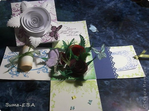 Здравствуйте мои дорогие! Хочу показать вам коробочки которые я подготовила для детей для подарков для мам и бабушек к 8 марта. Для тех кто еще не знает... я иногда провожу мастер классы  в классе где учится моя дочь Маша. Уже прошла неделя как прошел этот урок, а я все ни как не покажу вам эти симпотяжки. Хотелось подготовить для них нечто больше чем открытки, что то объемное.. вот и придумалось мне подготовить для них коробочку с разными сюрпризами. Для них это было совершенно что то новое и необыкновенное. Так как работы было там много, я сделала для них готовые шаблоны, пропечатала все штампиками, нарезала кармашки, пропечатала бирочки и рамочки. Бабочки и надписи, напечатала на принтере учительница, накрутили с ней пружинки и прикрепили к будущей полянке (карточка которую вклеивали в середину коробочки)так же нарезала и листики для розочек.. и чтоб меньше возится с клеем, везде наклеила двухсторонний скотч. Так что дети только вырезали бабочек, бирочки, розочки резали,накручивали и склеивали, приклеивали листики к розочкам, бабочек приклеивали к пружинкам, делали полянку и приклеивали в середину коробочки, крепили белую розу на крышку.. вообщем все что они делали, заняло времени больше чем один урок но главное что они все успели сделать....и было очень приятно наблюдать за ними, ведь в  классе стояла такая тишина, что чувствовалось как они испытывали сплошное удовольствие от этой работы.. и они такие радостные пошли домой с подарками!!!.............. В общем я вам покажу коробочку первую, какую делали в классе, а потом покажу весь процесс сборки..... и еще одну коробочку с другими узорами  фото 34