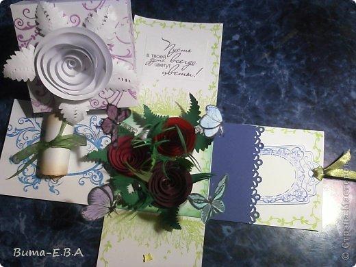 Здравствуйте мои дорогие! Хочу показать вам коробочки которые я подготовила для детей для подарков для мам и бабушек к 8 марта. Для тех кто еще не знает... я иногда провожу мастер классы  в классе где учится моя дочь Маша. Уже прошла неделя как прошел этот урок, а я все ни как не покажу вам эти симпотяжки. Хотелось подготовить для них нечто больше чем открытки, что то объемное.. вот и придумалось мне подготовить для них коробочку с разными сюрпризами. Для них это было совершенно что то новое и необыкновенное. Так как работы было там много, я сделала для них готовые шаблоны, пропечатала все штампиками, нарезала кармашки, пропечатала бирочки и рамочки. Бабочки и надписи, напечатала на принтере учительница, накрутили с ней пружинки и прикрепили к будущей полянке (карточка которую вклеивали в середину коробочки)так же нарезала и листики для розочек.. и чтоб меньше возится с клеем, везде наклеила двухсторонний скотч. Так что дети только вырезали бабочек, бирочки, розочки резали,накручивали и склеивали, приклеивали листики к розочкам, бабочек приклеивали к пружинкам, делали полянку и приклеивали в середину коробочки, крепили белую розу на крышку.. вообщем все что они делали, заняло времени больше чем один урок но главное что они все успели сделать....и было очень приятно наблюдать за ними, ведь в  классе стояла такая тишина, что чувствовалось как они испытывали сплошное удовольствие от этой работы.. и они такие радостные пошли домой с подарками!!!.............. В общем я вам покажу коробочку первую, какую делали в классе, а потом покажу весь процесс сборки..... и еще одну коробочку с другими узорами  фото 35