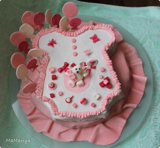 """Вот такой тортик делала на первый День рождения нашей доченьки Вареньки. Торт двухслойный """" Пражский"""": нижний ярус круглый, верхний - сделан в виде бодика-платья с рюшами (очень хотелось, чтобы не только цвет выдавал, что приготовлено для девочки). Сверху украшала мастикой. Шарики стоят на зубочистках. Бабочек вырезала вручную. фото 1"""