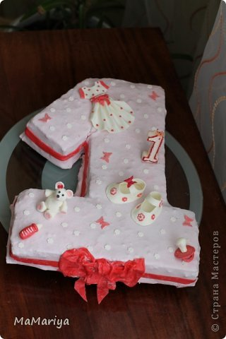 """Вот такой тортик делала на первый День рождения нашей доченьки Вареньки. Торт двухслойный """" Пражский"""": нижний ярус круглый, верхний - сделан в виде бодика-платья с рюшами (очень хотелось, чтобы не только цвет выдавал, что приготовлено для девочки). Сверху украшала мастикой. Шарики стоят на зубочистках. Бабочек вырезала вручную. фото 4"""